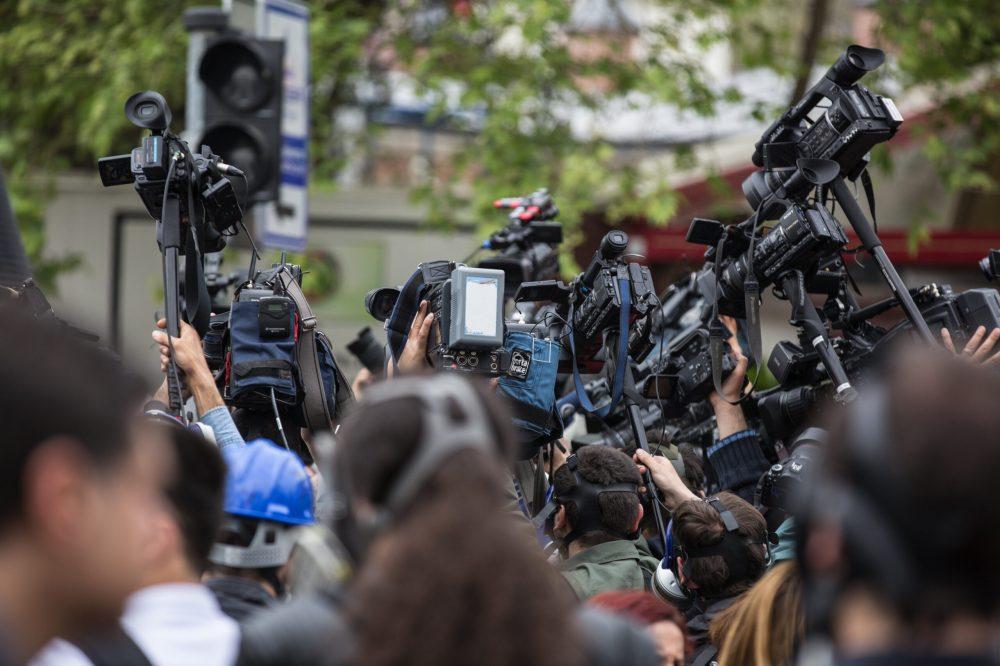 El escándalo político como acontecimiento mediático (Foto: Freepik)