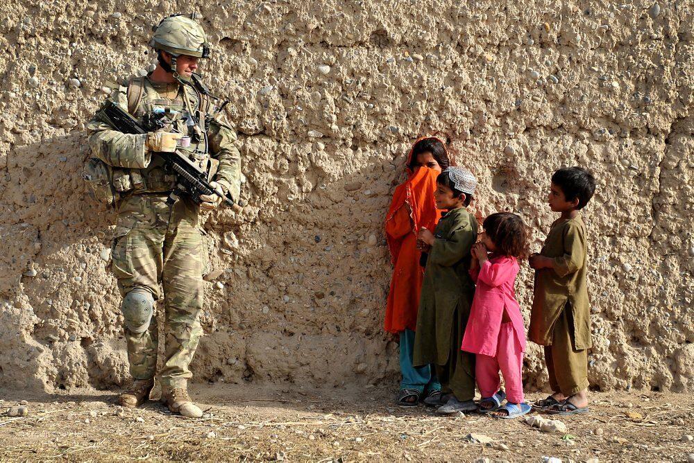 Un soldado británico con unos niños afganos durante la intervención internacional en el país (CC Rupert Frere / Defence Images)