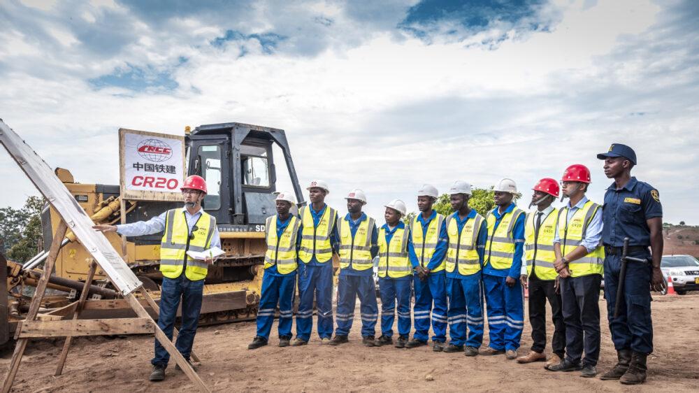 Construcción de una línea ferroviaria en Mozambique a cargo de una empresa china, septiembre 2019 (foto China Daily)
