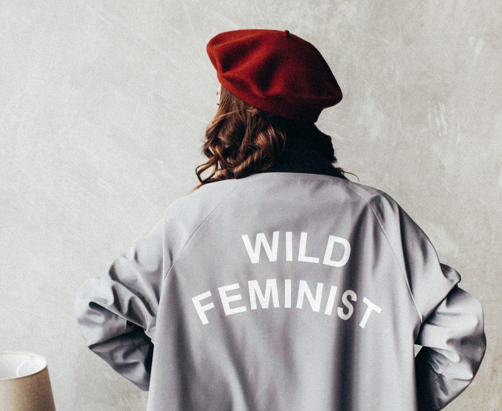 Feminismo de camiseta (CC Maryia Plashchynskaya)