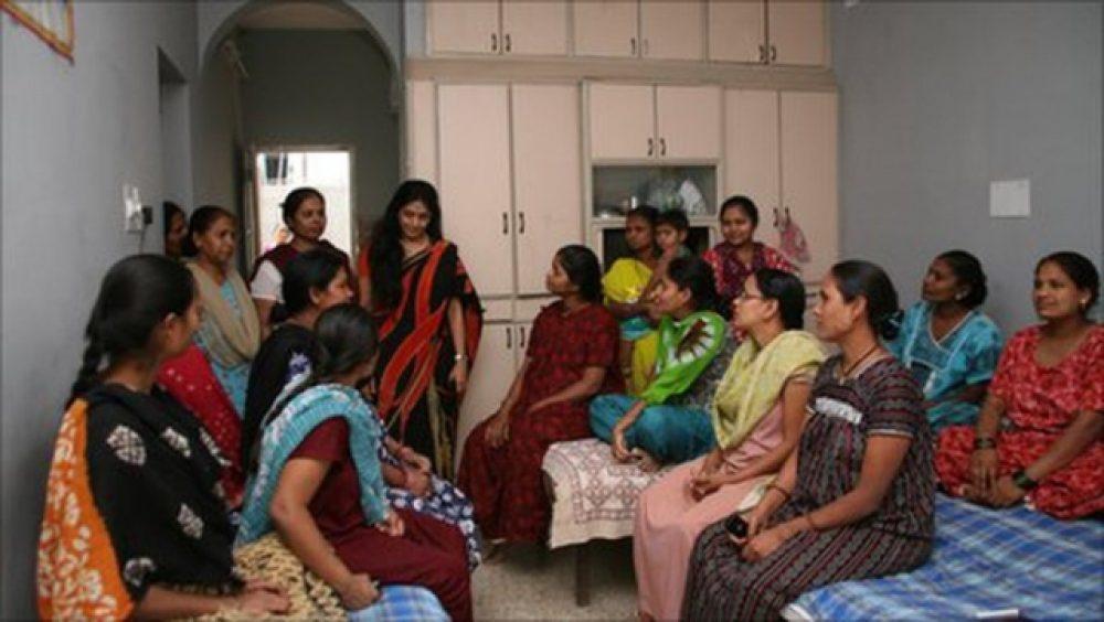 Madres subrogadas en una clínica de Anand (India) - siasat.pk