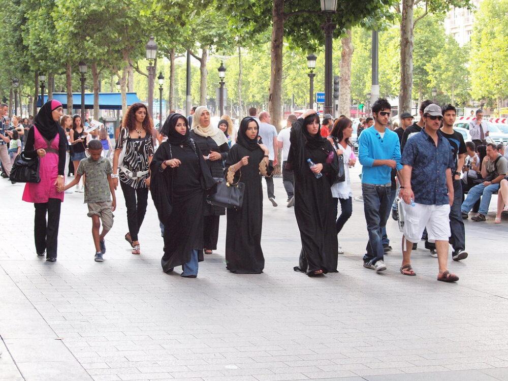 Musulmanas en los Campos Elíseos, París. CC zoetnet