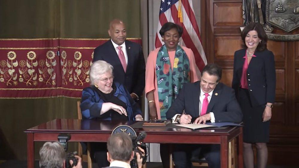Qué le pasa a la izquierda con el aborto - El gobernador Andrew Cuomo firma la Reproductive Health Act