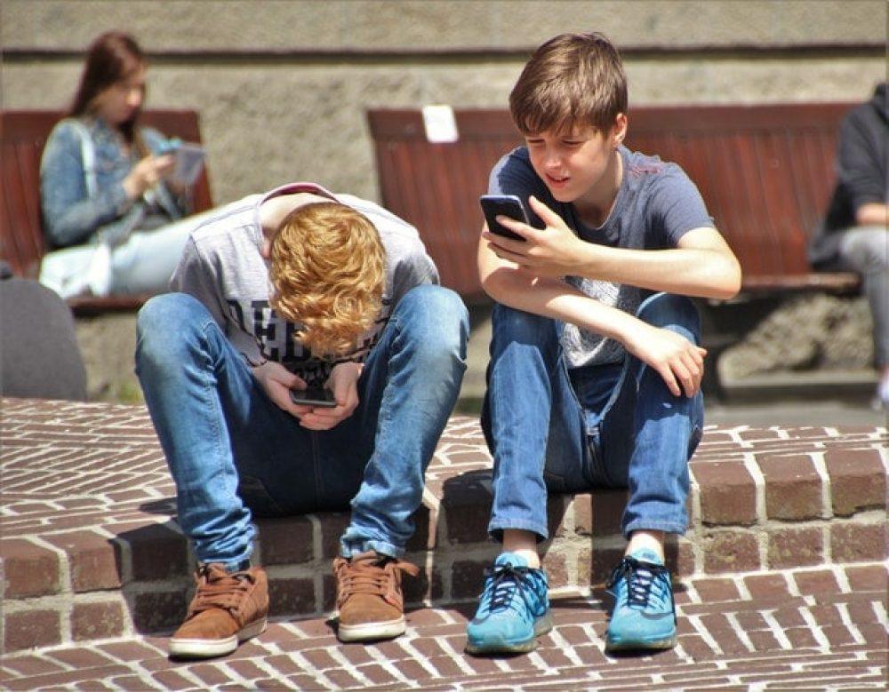 Solo con su móvil, un joven solo