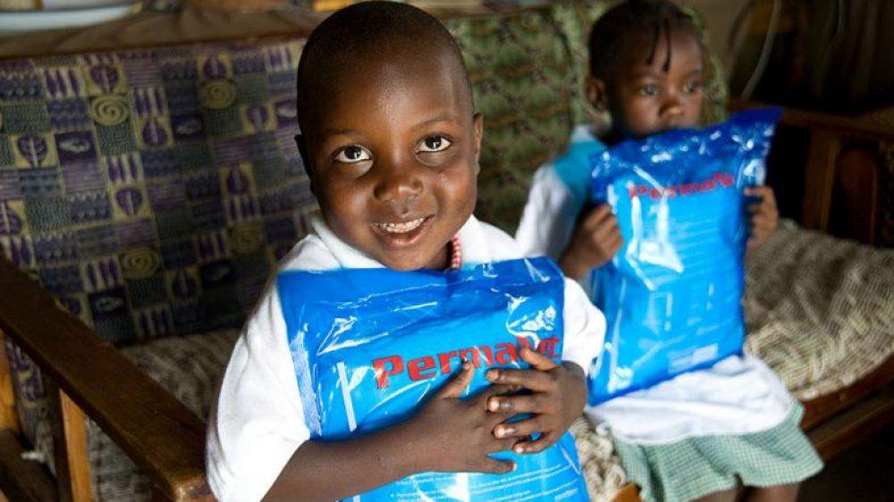 Tanzania Entrega de mosquiteras con insecticida como prevención frente a la malaria (Foto US Department of State)