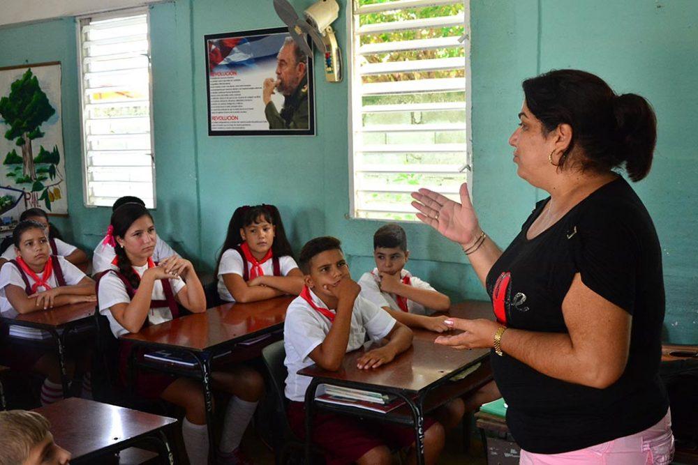 Pioneros y maestra en el primer día de clases del curso escolar 2016-2017 en la escuela primaria Farabundo Martí, en Ciego de Ávila, Cuba, el 5 de septiembre de 2016. ACN FOTO/ Osvaldo GUTIÉRREZ GÓMEZ/sdl