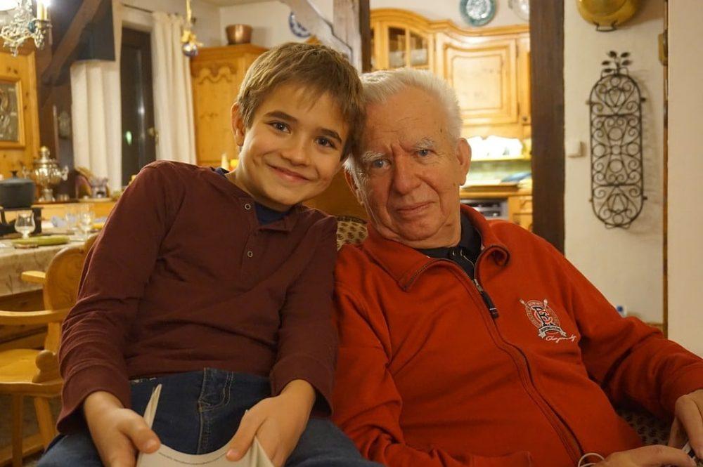abuelo nieto en casa